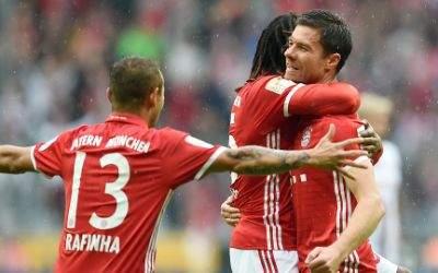 Rafinha (l-r), Renato Sanches und Xabi Alonso jubeln über Alonsos Treffer zum 2:1.