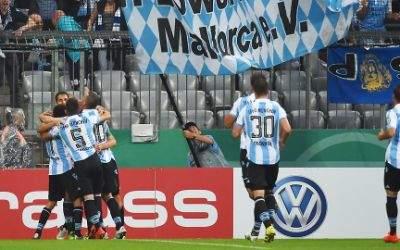 Stefan Aigner von 1860 jubelt mit seinen Mitspielern über sein 1:0.