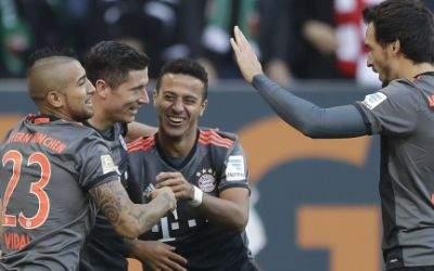 Robert Lewandowski feiert seinen Treffer zum 3:0 mit Arturo Vidal, Thiago und Mats Hummels.