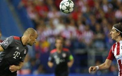 Atleticos Filipe Luis im Zweikampf mit Arjen Robben
