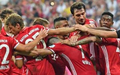 Die Spieler von München jubeln über das Tor zum 5:0.