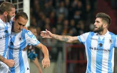 Münchens Sascha Mölders (l-r), Michael Liendl und Fanol Perdedaj bejubeln den Treffer zum 1:1.