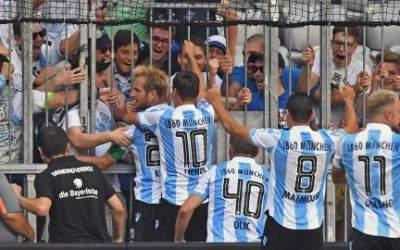 Die Fans und Mitspieler feiern den Torschützen Stefan Aigner.