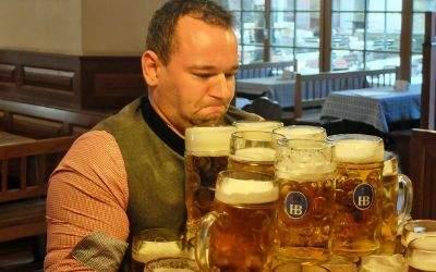 Matthias Völkl beim Weltrekordversuch im Münchner Hofbräuhaus