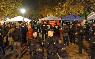 Polizeikräfte bei der Räumung des Flüchtlingscamps am Sendlinger Tor.