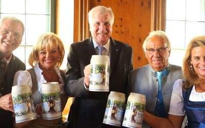 Ministerpräsident Horst Seehofer bei der Vorstellung des neuen Hofbräu-Wiesnkrugs