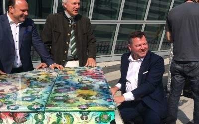 Bürgermeister Josef Schmid am Flügel der Aktion Play me I'm Yours am Münchner Flughafen