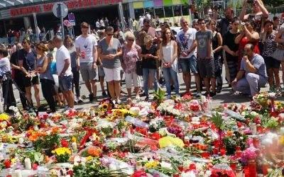 Blumen in Gedenken an die Opfer am OEZ.