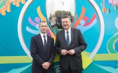 UEFA-Präsident Aleksander Ceferin und DFB-Präsident Reinhard Grindel präsentieren das Münchner Logo für die EM 2020