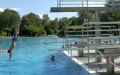 Freibad West: Junge macht Kopfsprung ins Wasser
