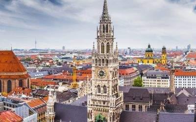 Der Blick auf das Neue Rathaus in München bei blauem Himmel mit leichten Wolken.