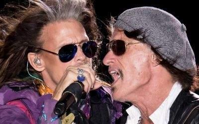 Sänger Steven Tyler (links) und Gitarrist Joe Perry von der amerikanischen Rockband Aerosmith bei der Abschiedstournee am 26.5.2017 auf dem Königsplatz in München