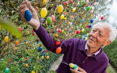 Rentner Walter Aumüller in seinem Garten mit 1100 Ostereiern