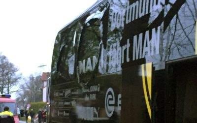 Der Bus von Borussia Dortmund steht mit einer beschädigten Scheibe in Dortmund an einer Straße.