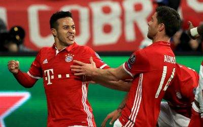 Thiago bejubelt seinen Treffer zum 4:0.