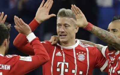 Bayerns Bernat, Lewandowski und Vidal jubeln.