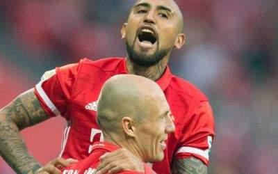Vidal freut sich über Robbens Treffer.