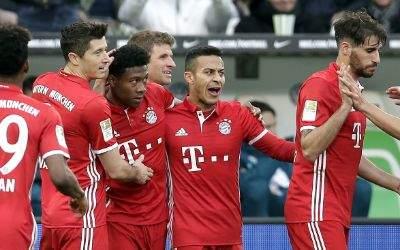 Die Bayern bejubeln Alabas Treffer.