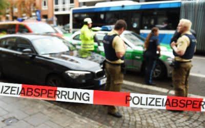 Polizisten am Rosenheimer Platz nach Messerattacken vom 21.10.2017