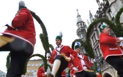 Schäffler tanzen am Marienplatz.