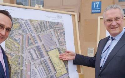 Minister Joachim Herrmann neben dem Landtagsabgeordneten Andreas Lorenz vor den Plänen für die McGraw-Kaserne