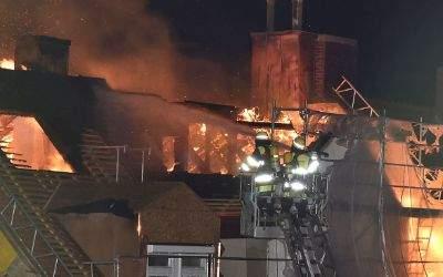 Großeinsatz der Feuerwehr in der Tengstraße bei Brand im Obergeschoss