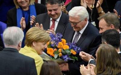 Frank-Walter Steinmeier nimmt am 12.02.2017 in Berlin im Plenarsaal des Reichstagsgebäudes nach seiner Wahl zum künftigen Bundespräsidenten den Glückwunsch von Bundeskanzlerin Angela Merkel entgegen.
