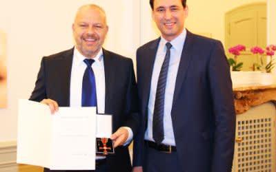 Staatssekretär Georg Eisenreich überreicht Robert Schmitt den Verdienstorden der Bundesrepublik