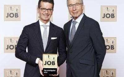 Frank Trock, Geschäftsführer von Hirmer, erhält von Bundeswirtschaftsminister a.D. Wolfgang Clement die Top-Job-Auszeichnung