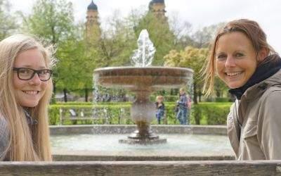 von links: Momo und Ulrike im Hofgarten