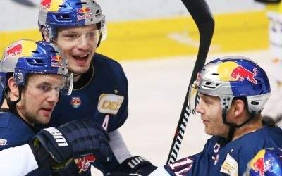 Partie zwischen dem EHC Red Bull München und den Krefeld Pinguinen