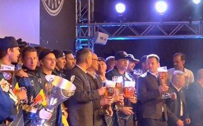 Die Meistermannschaft des EHC auf der Bühne