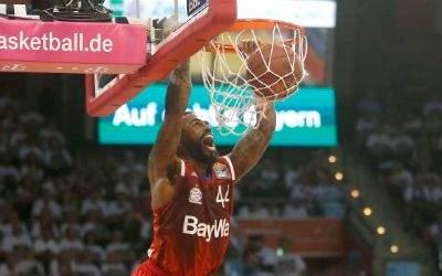 Der FC Bayern Basketballer Bryce Teylor wirft einen Korb