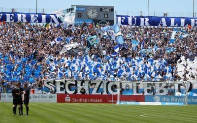 Die Fankurve des TSV 1860 München im Grünwalder Stadion