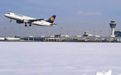 Startendes Flugzeug am Münchner Flughafen im Schnee im Winter