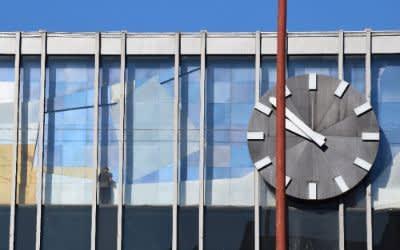 Abbau der Uhr und des Alpenmosaiks am Hauptbahnhof