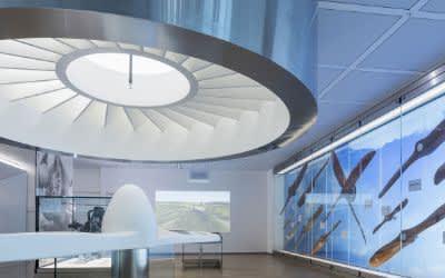 Die DM-Lounge am Flughafen München mit der Propeller-Vitrine