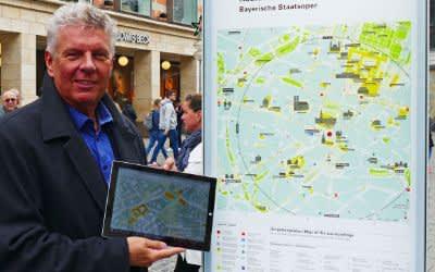 Oberbürgermeister Dieter Reiter präsentiert die Stelen