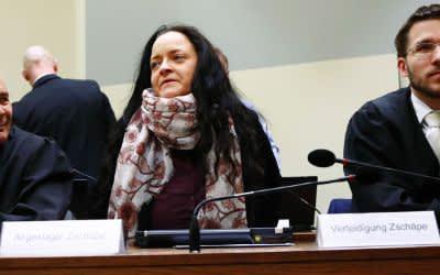 Beate Zschäpe neben ihren Anwälten Hermann Borchert und Mathias Grasel
