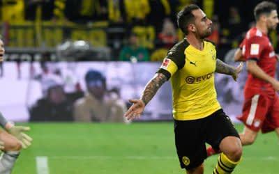 Paco Alcacer (M) von Dortmund bejubelt das 3:2 gegen München.