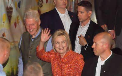 Bill Clinton (M links), ehemaliger Präsident der USA und seine Frau Hillary kommen am Käfer-Festzelt auf dem Oktoberfest an