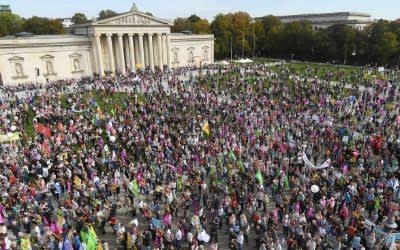 """Zahlreiche Demonstranten haben sich bei der Kundgebung """"Mia ham's satt"""" auf dem Königsplatz versammelt."""