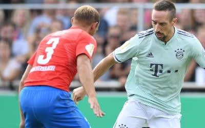 DFB-Pokal, SV Drochtersen/Assel - Bayern München, 1. Runde im Kehdinger Stadion, Drochtersen. Bayerns Franck Ribery (r) kämpft gegen Meikel Klee von Drochtersen/Assel um den Ball.