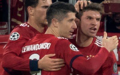 Leon Goretzka (l-r), Robert Lewandowski und Thomas Müller von München jubeln über das Tor zum 1:0.