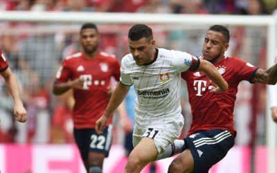 Kevin Volland von Bayer Leverkusen und Corentin Tolisso von FC Bayern München kämpfen um den Ball