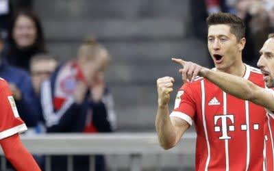Lewandowski feiert seinen Treffer mit Ribéry und Müller.