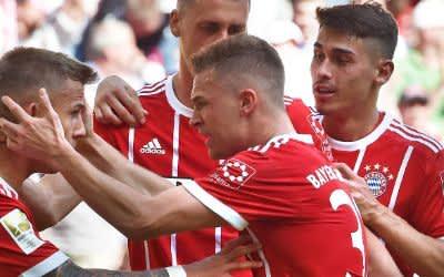 Sandro Wagner (2.v l), Joshua Kimmich (vorne) und Meritan Shabani jubeln mit Torschütze Niklas Dorsch (l) über sein 1:0.