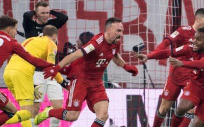 Franck Ribery (M) von München jubelt mit Leon Goretzka (l) und Renato Sanches über sein Tor zum 1:0.