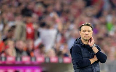 Niko Kovac beobachtet das Spiel.