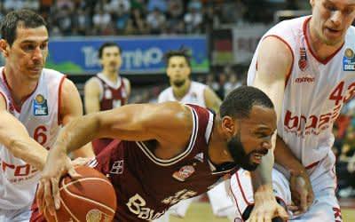 Reggie Redding (M) von München spielt gegen Nikolaos Zisis (l) und Leon Radosevic von Bamberg